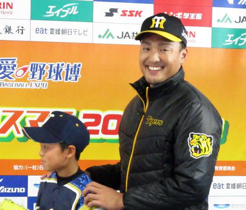 「ベースボールクリスマス2019in愛媛」に参加し、笑顔を見せる阪神秋山(撮影・只松憲)