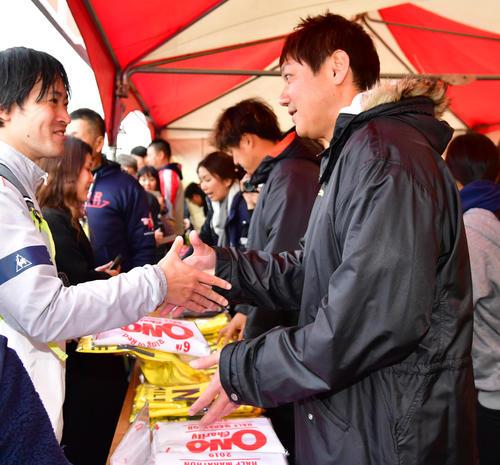 「第6回小野ハーフマラソン」で店頭に立ちグッズを売る浜中治氏(撮影・清水貴仁)