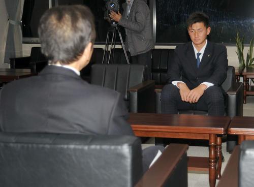 藤枝市の北村市長(左)の話を聞く紅林