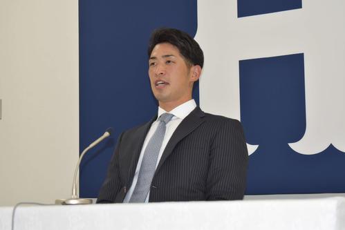 契約更改を終え、会見を行う広島安部