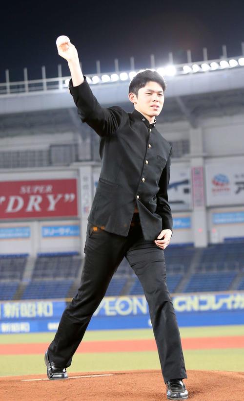 ZOZOマリンスタジアムで投球フォームを披露するロッテ佐々木朗(撮影・鈴木正人)