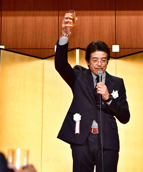 日本プロ野球OBクラブ25周年記念「感謝の集い」で乾杯の音頭を取る江本氏(撮影・小沢裕)