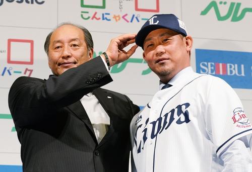 14年ぶりに西武に復帰する松坂は、入団会見でユニホームに袖を通し、渡辺GM(左)と記念写真に納まる(撮影・菅敏)
