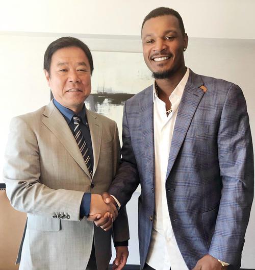 契約締結しオリックス福良GM(左)と笑顔で握手するジョーンズ(球団提供)