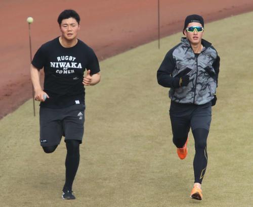 球場でランニングをする日本ハム吉田輝(右)と清宮(撮影・山崎純一)
