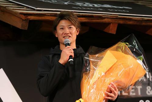 花束を手にあいさつする日本ハム西川(撮影・田中彩友美)