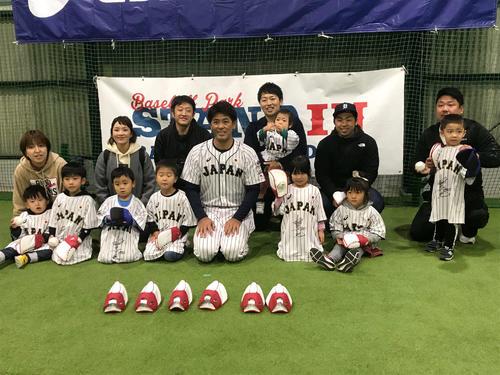 キャッチボール体験に参加した子どもたちと記念撮影に応じる侍ジャパン稲葉監督(中央)