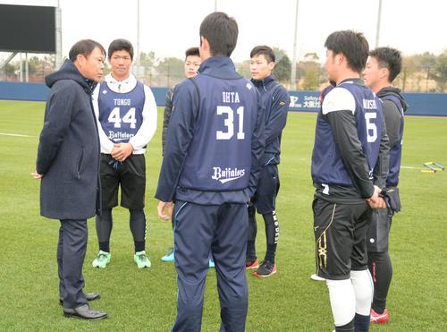 新人選手を激励するオリックス西村徳文監督(左端)(2019年1月10日撮影)