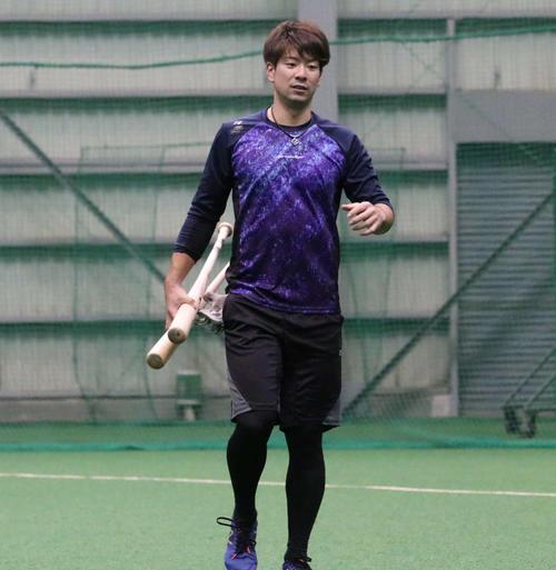 室内練習場での練習を終え引き揚げる日本ハム松本(撮影・山崎純一)