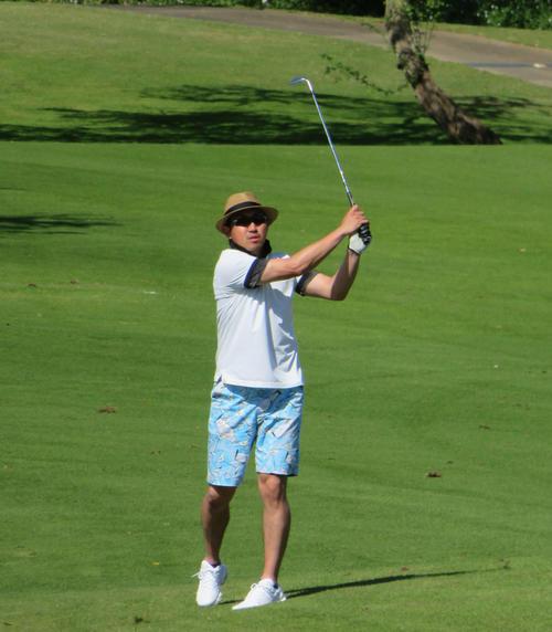 ハワイで行われた球団ゴルフで腕前を披露するソフトバンク内川