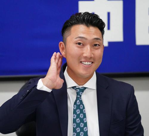 11月21日、契約更改を終え会見する藤嶋