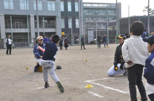 京大野球部とNPBの協力で開かれた野球教室で、京大ナインは子どもたちと楽しみながら野球の楽しさを教える。右は元阪神白仁田寛和氏