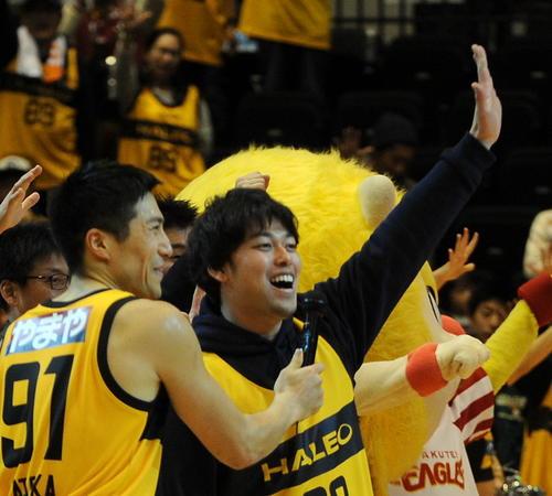 コラボ企画でゲスト参加した楽天高梨(右)は試合後、MVP獲得の仙台ガード片岡とホーム会場を盛り上げる