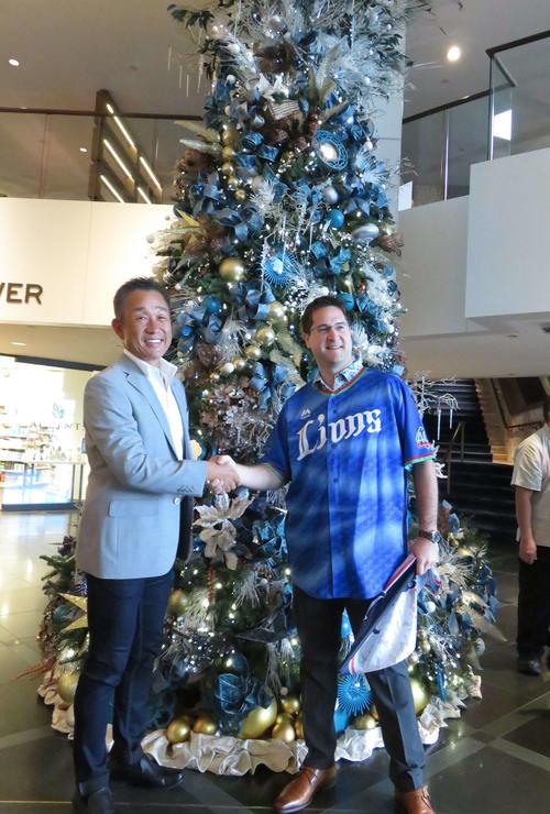 プリンス・ワイキキホテルに到着し歓迎を受け笑顔の西武辻監督(左)(撮影・栗田成芳)