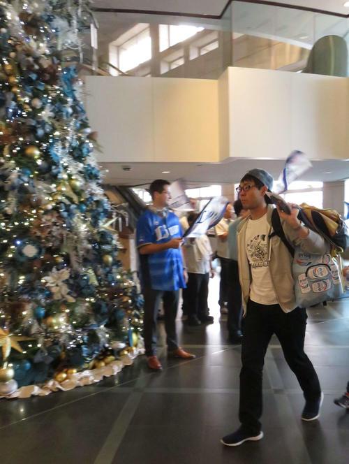 プリンス・ワイキキホテルに到着し歓迎を受ける西武秋山(右)(撮影・栗田成芳)