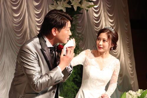 結婚披露宴を行った広島大瀬良(左)と真由夫人