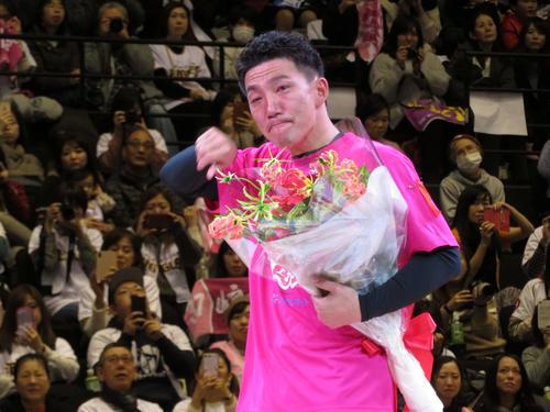 楽天での同僚則本昂、藤田から花束を渡され、涙をぬぐう嶋