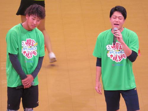 米津玄師の「Lemon」を熱唱する楽天藤平(左)と田中