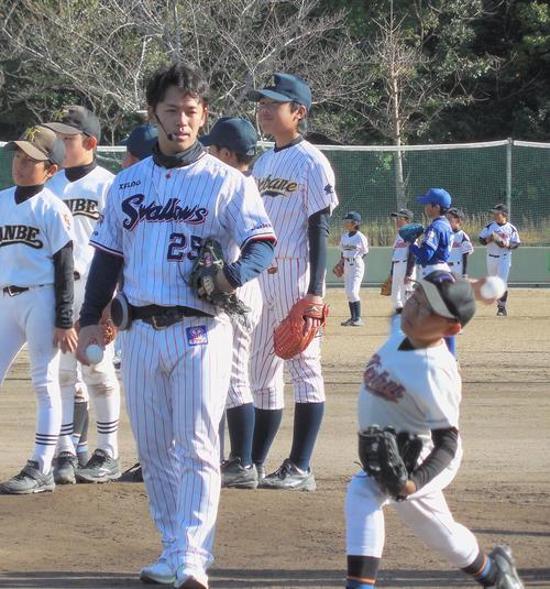 野球教室で小学生を指導するヤクルト小川(撮影・保坂恭子)
