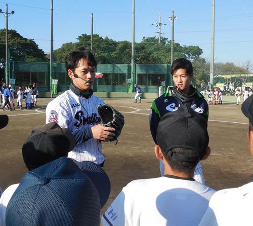野球教室で質問に答えるヤクルト小川(左)と高橋(撮影・保坂恭子)