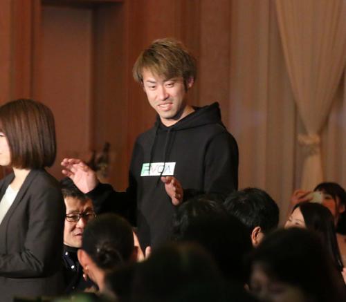 笑顔で入場する日本ハム秋吉(撮影・中島宙恵)