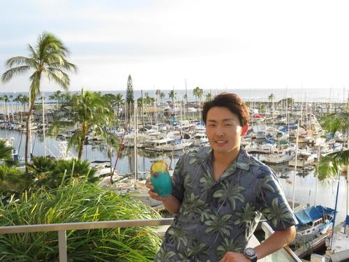 プリンス・ワイキキホテルで、ハワイの海をバックに写る西武源田(撮影・栗田成芳)