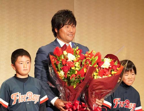 激励会パーティーで子どもたちから花束を贈られた平田(撮影・森本幸一)