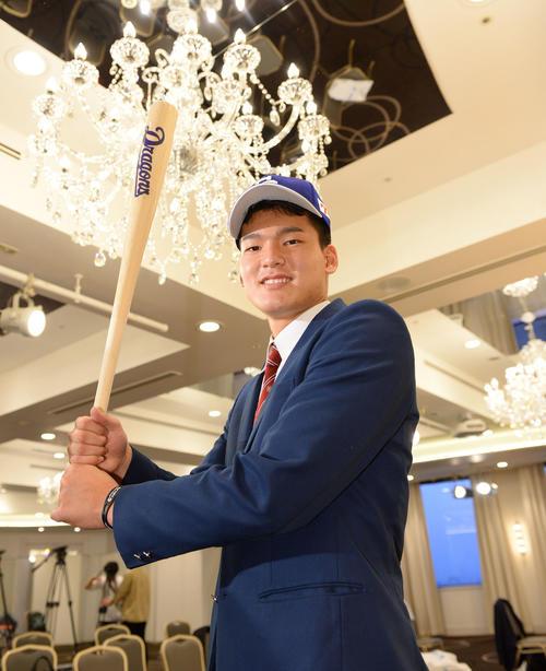 仮契約を終え、バットを手に笑顔を見せる石川昂弥(2019年11月1日)