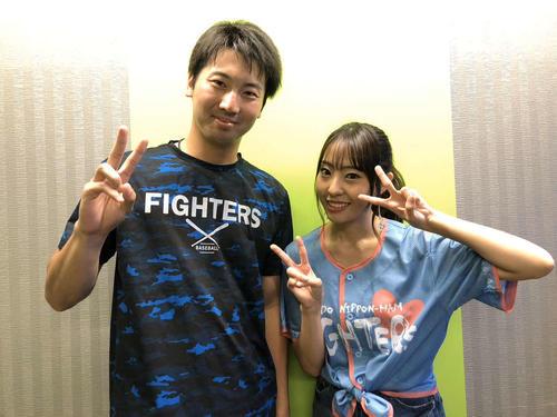 日本ハム鈴木遼太郎投手(左)と藤江れいな
