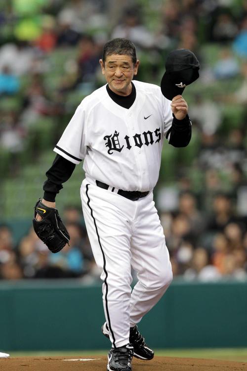 始球式を務めた井上善夫氏(2010年3月21日撮影)