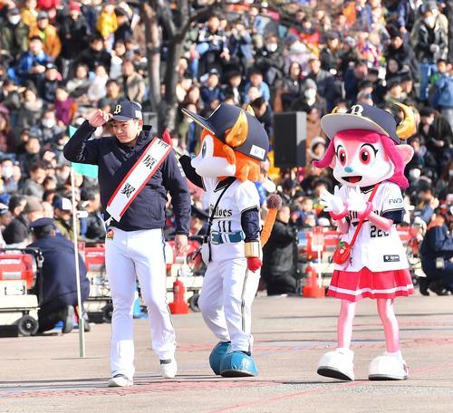令和2年大阪市消防出初式のパレードに参加するオリックス榊原(撮影・上田博志)