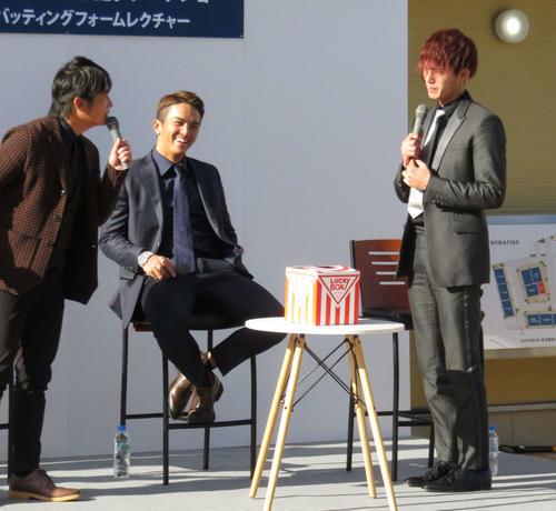 トークショーを行う西武山田(中央)と今井(右)(撮影・栗田成芳)