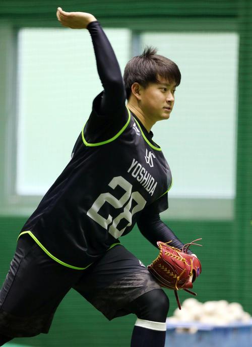 ノックを受ける前、投球フォームを見せるヤクルト2位の吉田大喜(撮影・狩俣裕三)