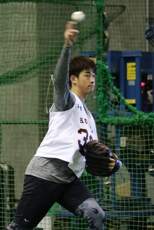 ゆったりとしたモーションからフォームを確認するようにキャッチボールをするドラフト1位の堀田(撮影・丹羽敏通)