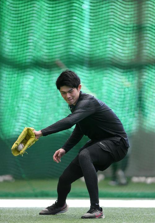 室内練習場でノックを受けるロッテ佐々木朗(撮影・横山健太)