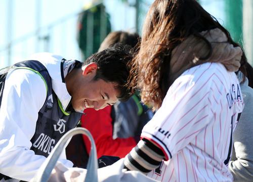 新人合同自主トレ後、ファンに笑顔でサインする奥川(撮影・狩俣裕三)