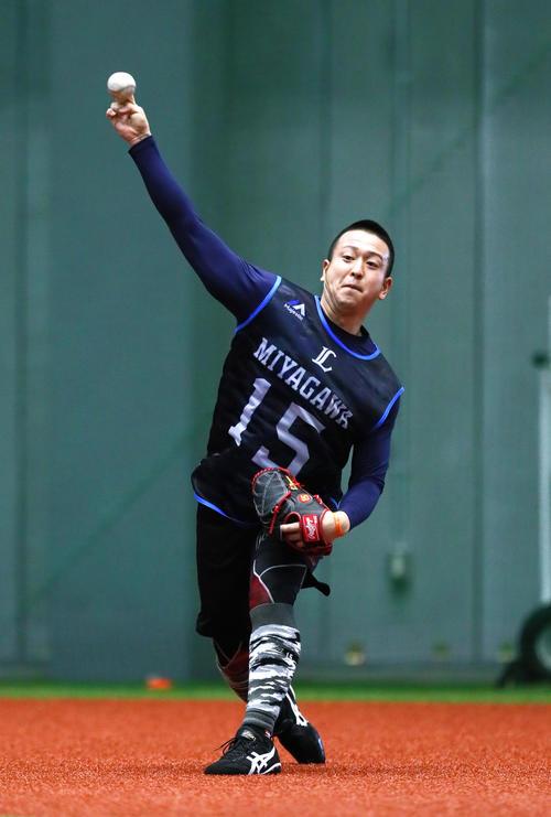 キャッチボールする西武ドラフト1位の宮川(撮影・足立雅史)