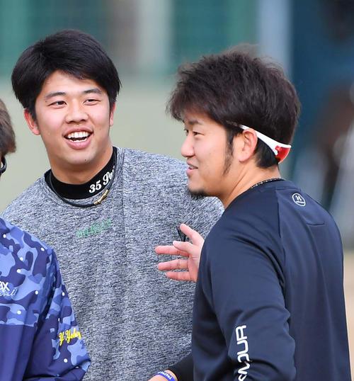 才木浩人(左)と談笑する岩貞祐太(撮影・上田博志)