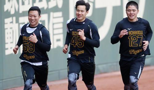 ポール間走で笑顔を見せながら走る、左から藤田、遠藤、小野寺(撮影・加藤哉)