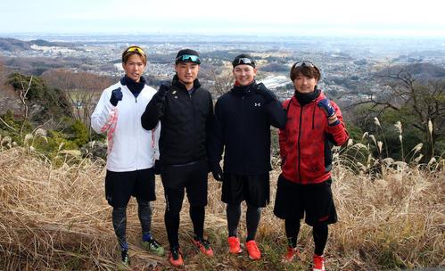 頂上で写真に納まる、左から古村、石田、山崎、三嶋(撮影・大野祥一)