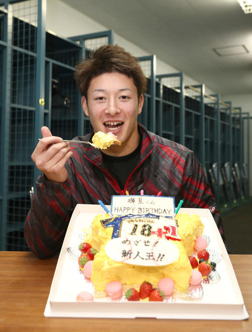 19歳の誕生日を迎えバースデーケーキを前に笑顔の日本ハム吉田輝(撮影・黒川智章)