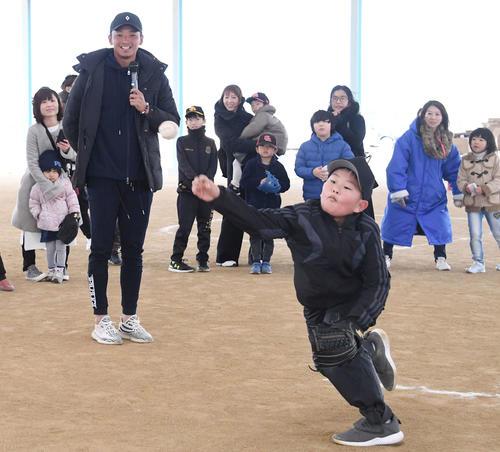 子どもの投球フォームを指導するソフトバンク東浜(撮影・今浪浩三)
