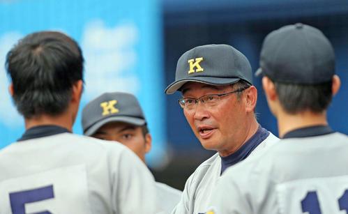 慶応高監督時代、選手に指示を出す上田誠氏