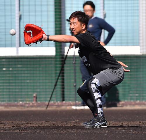 キャッチャーミットで金田和之の投球を受ける藤川球児(撮影・上田博志)