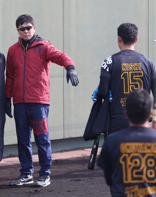 鳴尾浜を訪れた平田2軍監督(左)はあいさつに来た西純矢に声をかける(撮影・上山淳一)