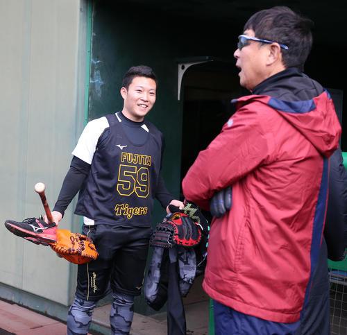 藤田(左)は平田2軍監督に声をかけられ笑顔を見せる(撮影・上山淳一)