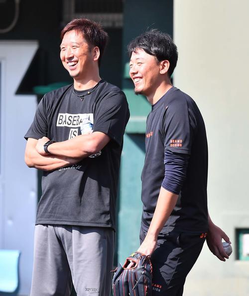 オリックス金田和之(右)と談笑する阪神藤川球児(撮影・上田博志)