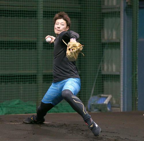 ブルペンで投球する日本ハム吉田輝(撮影・黒川智章)