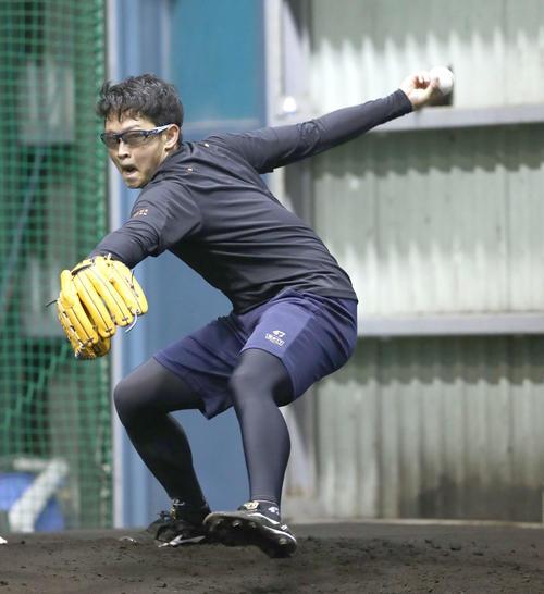 ブルペンで投球する日本ハム鈴木健矢(撮影・黒川智章)