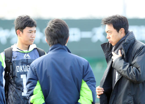 練習前、小川GM(右)と話をするヤクルト奥川(撮影・狩俣裕三)